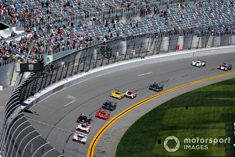 #77 Mazda Team Joest Mazda DPi, DPi: Oliver Jarvis, Tristan Nunez, Olivier Pla toma la bandera verde
