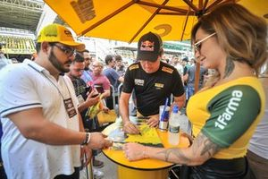 Cacá Bueno durante visitação em Interlagos