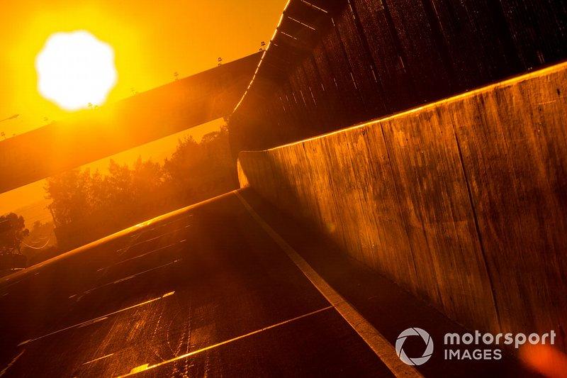 Sonnenaufgang am Mount Panorama Circuit in Bathurst