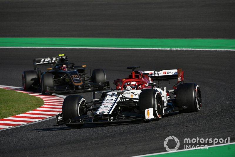 Kimi Raikkonen, Alfa Romeo Racing C38, y Kevin Magnussen, Haas F1 Team VF-19