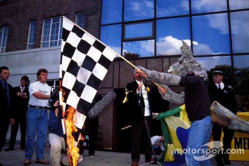 Примечательно, что переезду Ф1 были рады не все – группа экологических активистов устроила митинг против Гран При в Альберт-парке, а один, надев костюм осла, даже сжег клетчатый флаг