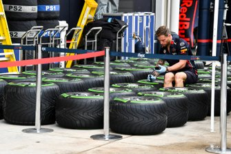 Red Bull Racing mechanic with Pirelli tyres