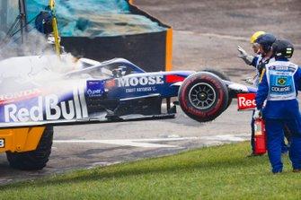 Marshal rimuovono l'auto di Daniil Kvyat, Toro Rosso STR14, dopo il problema al motore