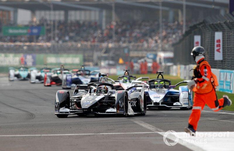 Brendon Hartley, Dragon Racing, Penske EV-4 Alexander Sims, BMW I Andretti Motorsports, BMW iFE.20 as a marshal runs onto the track to remove debris
