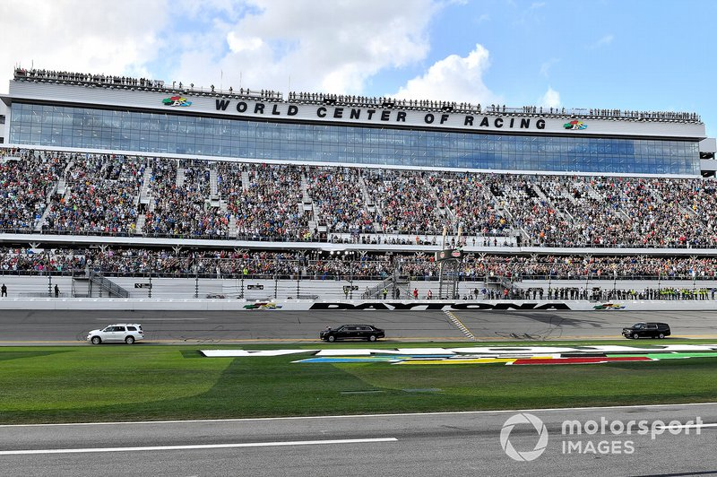 President Donald J. Trump da una vuelta al circuito en la Daytona 500