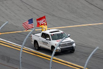 Grid, driver introductions, Toyota Tundra, Kyle Busch, Joe Gibbs Racing, Toyota Camry M&M's