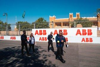 Sam Bird, Virgin Racing cammina sulla pista con il suo team