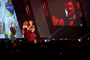 Руководитель W Series Кэтрин Бонд Мьюэ получает приз в номинации «Инициативы и инновации»