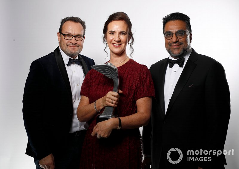 Catherine Bond Muir cde W Series con el premio Pionera e Innovadora