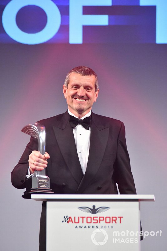 Guenther Steiner, Team Principal, Haas F1, sul palco per presentare il Rookie of the Year Award