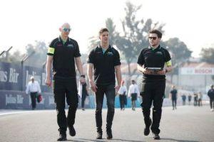 James Calado, Jaguar Racing a piedi in pista coi membri del team