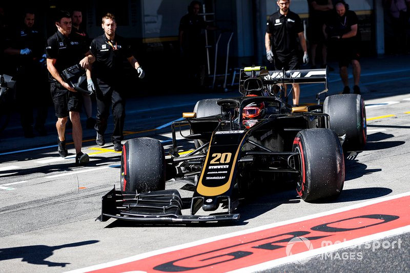 Kevin Magnussen, Haas F1 Team VF-19, returns to his garage with damage after crashing in Q1