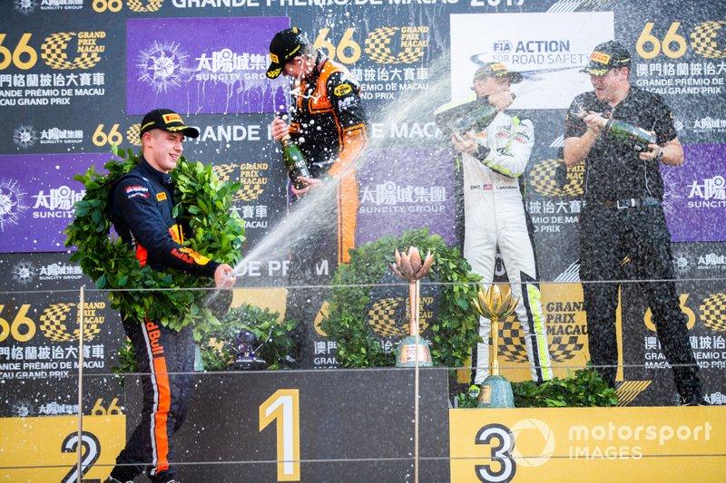 Podium: Race winner Richard Verschoor, MP Motorsport, second place Jüri Vips, Hitech Grand Prix, third place Logan Sargeant, Carlin Buzz Racing