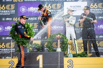 Podio: il vincitore della gara Richard Verschoor, MP Motorsport, secondo classificato Jüri Vips, Hitech Grand Prix, terzo classificato Logan Sargeant, Carlin Buzz Racing