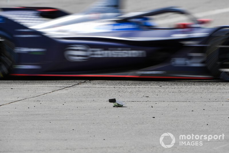 Sam Bird, Virgin Racing, Audi e-tron FE06 passes debris on the track