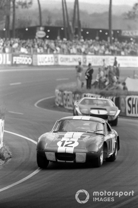 Jo Schlesser, Allen Grant, Ford France S.A, Shelby Cobra Daytona, leads Ken Miles, Bruce McLaren, Shelby-American Inc, Ford GT40 Mk.II
