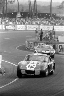 Jo Schlesser, Allen Grant, Ford France S.A, Shelby Cobra Daytona, precede Ken Miles, Bruce McLaren, Shelby-American Inc, Ford GT40 Mk.II, alla 24 ore di Le Mans del 1965
