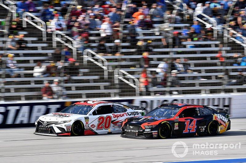 Erik Jones, Joe Gibbs Racing, Toyota Camry Sport Clips and Clint Bowyer, Stewart-Haas Racing, Ford Mustang Mobil 1 / Rush Truck Centers