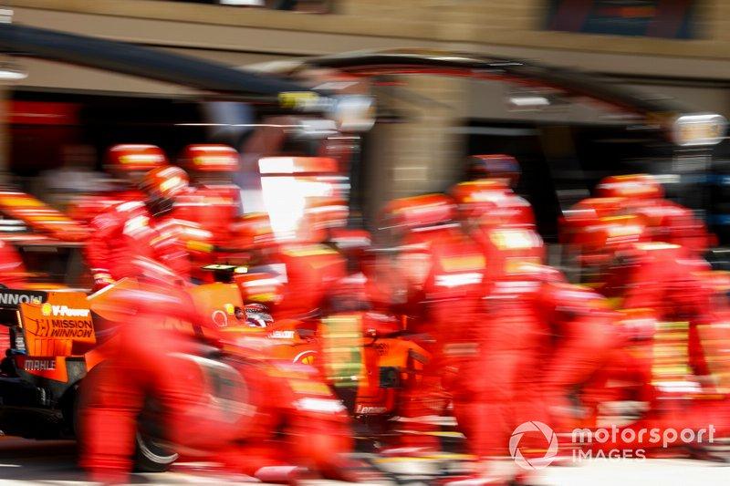 Charles Leclerc, Ferrari SF90, effettua un pit stop