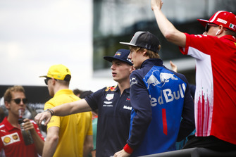 Brendon Hartley, Toro Rosso, parle à Max Verstappen, Red Bull Racing, lors de la parade des pilotes avec Sebastian Vettel, Ferrari, Nico Hulkenberg, Renault Sport F1 Team, et Kimi Raikkonen, Ferrari.
