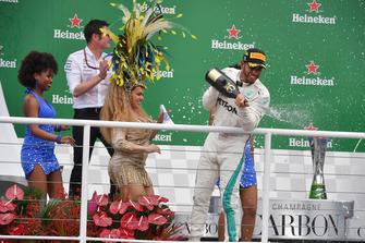 Winnaar Lewis Hamilton, Mercedes AMG F1 viert feest op het podium met Andy Shovlin, Mercedes-AMG F1 Chief Engineer