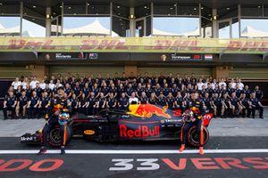 Daniel Ricciardo, Red Bull Racing et Max Verstappen, Red Bull Racing lors de la photo d'équipe de Red Bull Racing