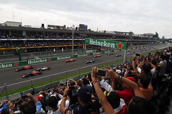 Даниэль Риккардо и Макс Ферстаппен, Red Bull Racing RB14, Льюис Хэмилтон, Mercedes AMG F1 W09