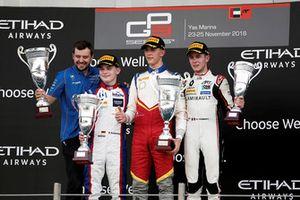 Il vincitore della gara Leonardo Pulcini, Campos Racing, festeggia sul podio con David Beckmann, Trident, e Anthoine Hubert, ART Grand Prix