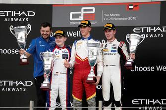 Le vainqueur Leonardo Pulcini, Campos Racing, sur le podium avec David Beckmann, Trident, et Anthoine Hubert, ART Grand Prix