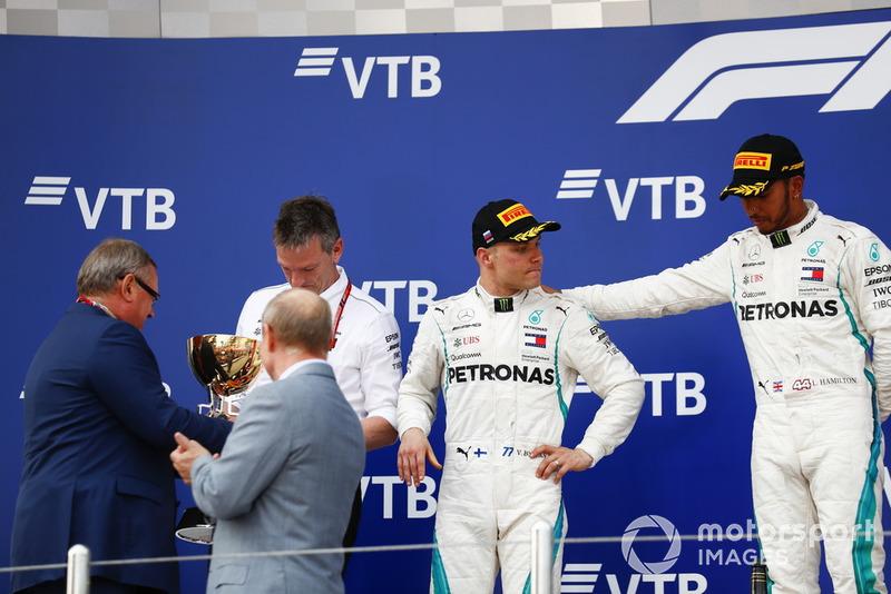 Podio: ganador de la carrera Lewis Hamilton, Mercedes AMG F1, el segundo lugar Valtteri Bottas, Mercedes AMG F1, con James Allison, Director Técnico, Mercedes AMG, recibe el trofeo Constructors de Andrey Kostin, Presidente y Presidente del Consejo de Administración de VTB Bank