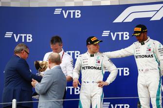 Racewinnaar Lewis Hamilton, Mercedes AMG F1, tweede plaats Valtteri Bottas, Mercedes AMG F1 op het podium met James Allison, technisch directeur Mercedes AMG