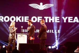 Le Champion de Formule E Jean-Eric Vergne remet le prix de Rookie de l'année