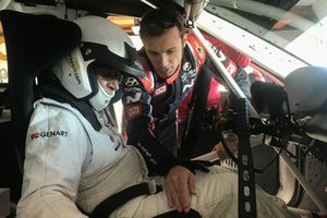 Luca Filippi parla con Franco Nugnes, direttore di Motorsport.com Italia, al volante della Hyundai i30 N TCR