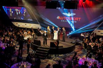 Le pilote Williams F1 George Russell, et le pilote McLaren F1 Lando Norris sur scène pour remettre le prix de pilote national de l'année à Dan Ticktum, un prix reçu par Derek Warwick pour lui