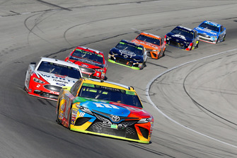 Kyle Busch, Joe Gibbs Racing, Toyota Camry M&M's e Brad Keselowski, Team Penske, Ford Fusion Wurth