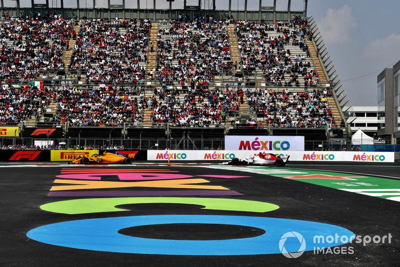 Stoffel Vandoorne, McLaren MCL33 and Marcus Ericsson, Sauber C37