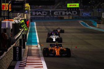 Stoffel Vandoorne, McLaren MCL33, leads Sergey Sirotkin, Williams FW41