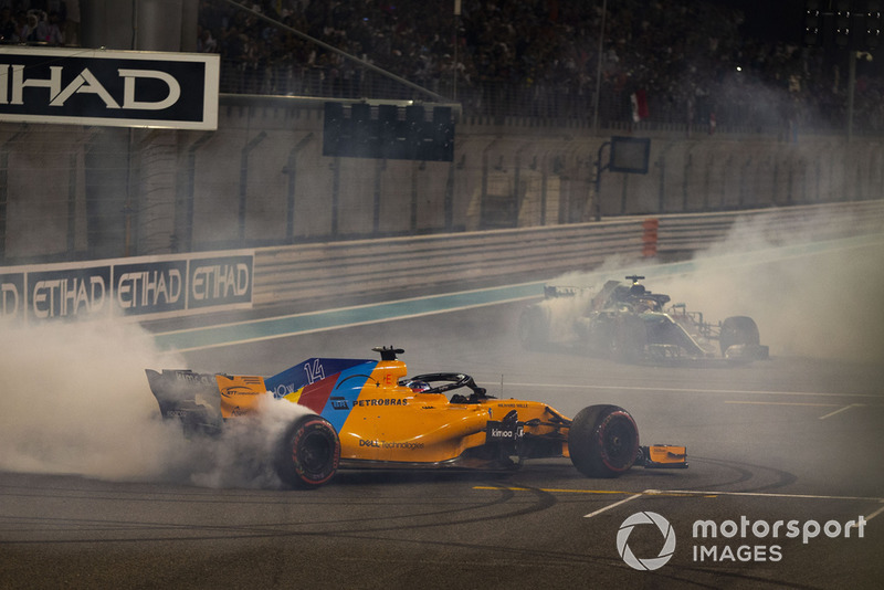 Lewis Hamilton, Mercedes-AMG F1 W09 y Fernando Alonso, McLaren MCL33 hacen donas al final