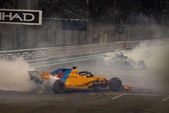 Lewis Hamilton, Mercedes-AMG F1 W09 and Fernando Alonso, McLaren MCL33 donuts at the end of the race