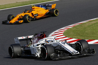 Marcus Ericsson, Sauber C37 leads Stoffel Vandoorne, McLaren MCL33