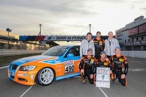 #490 BMW 325i e90: Christopher Rink, Danny Brink, Phillipp Leisen with VLN-Officials Ralph-Gerald Schluüer uad Dietmar Busch