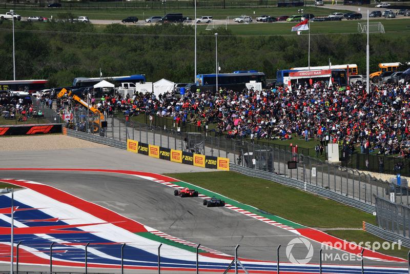 Kimi Raikkonen, Ferrari SF71H Lewis Hamilton, Mercedes AMG F1 W09 EQ Power+
