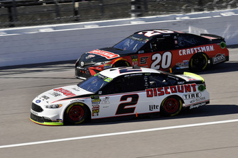 Brad Keselowski, Team Penske, Ford Fusion Discount Tire ed Erik Jones, Joe Gibbs Racing, Toyota Camry Craftsman