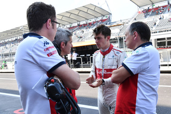 Charles Leclerc, Sauber con Xevi Pujolar, Jefe de Ingeniería de Pistas de Sauber y Frederic Vasseur, Sauber, Director del Equipo