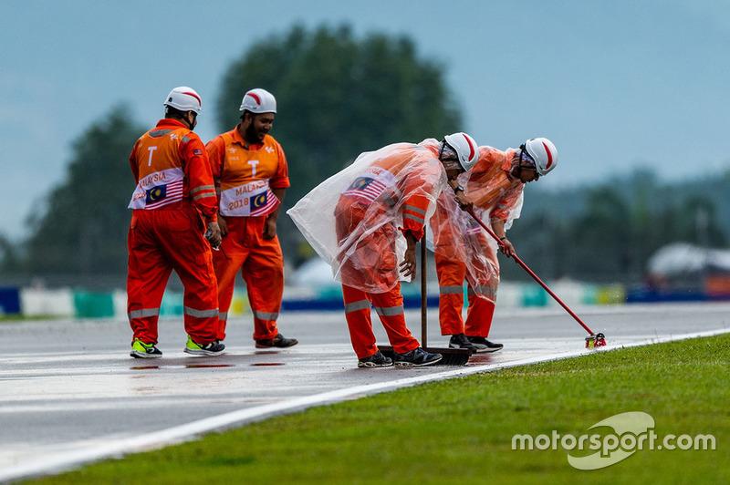 Маршали прибирають мокру трасу