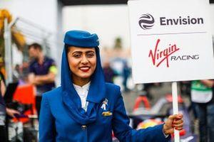 Un rappresentante della Saudia Airline con il cartello della Envision Virgin Racing