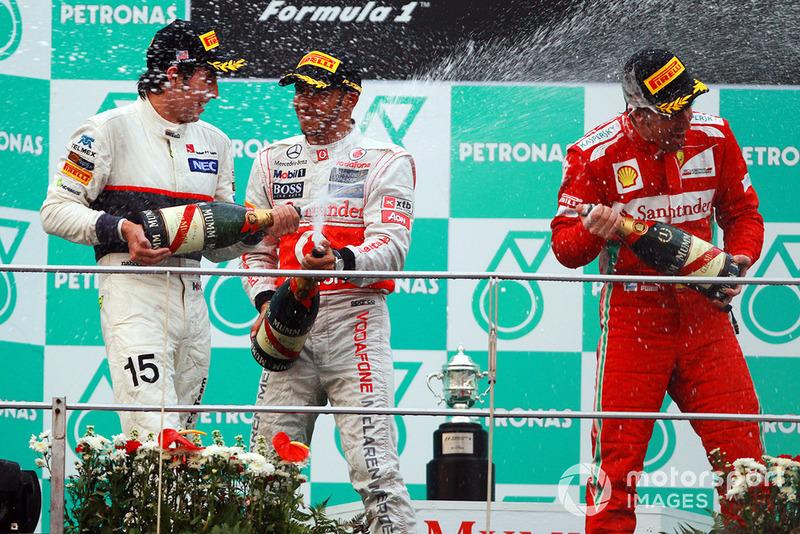 Sergio Perez, Sauber, Lewis Hamilton, McLaren, Fernando Alonso, Ferrari, spruzzano lo champagne, sul podio