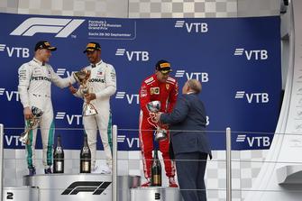 Sebastian Vettel, Ferrari ontvangt de trofee van Viktor Kiryanov, President Russia Automobile Federation