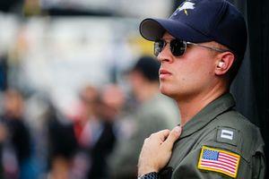 Militare al box di Denny Hamlin, Joe Gibbs Racing, Toyota Camry FedEx Express