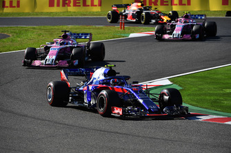 Pierre Gasly, Scuderia Toro Rosso STR13 voor Sergio Perez, Racing Point Force India VJM11, Esteban Ocon, Racing Point Force India VJM11 en Daniel Ricciardo, Red Bull Racing RB14